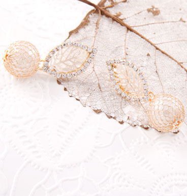 Oorbellen Delicate leaf with strass and pearly